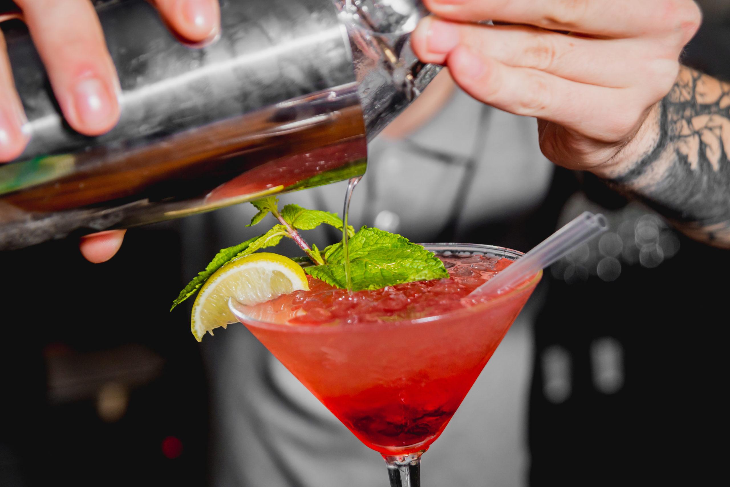 cocktail-bartender-tikibar