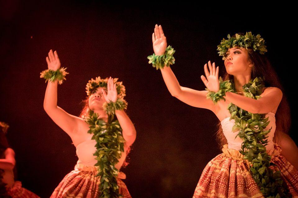 Kahiko, dancers female